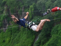 Bungee jumping a Valdina